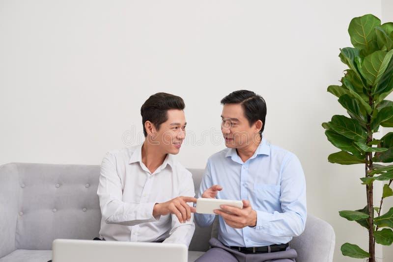 两个商人在办公室工作 E 免版税库存照片