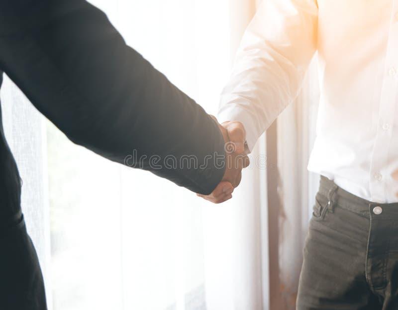 两个商人手震动 免版税库存图片