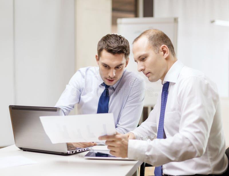 两个商人有讨论在办公室 免版税库存照片