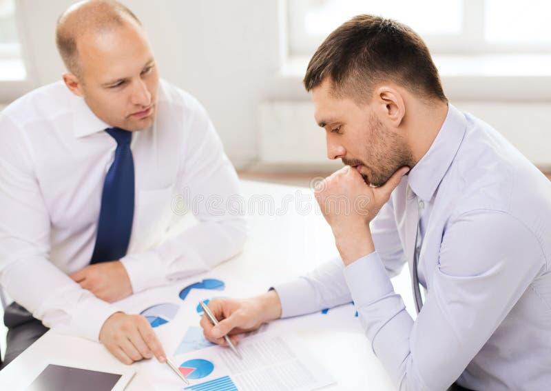 两个商人有讨论在办公室 库存图片