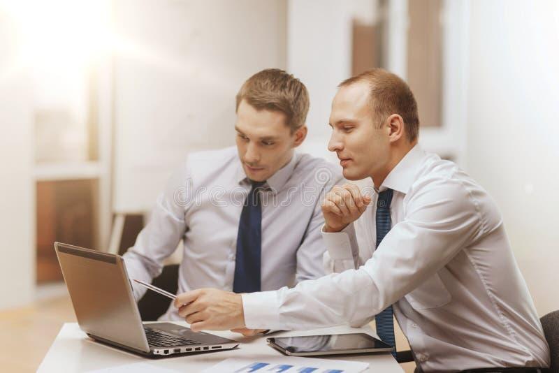 两个商人有讨论在办公室 图库摄影