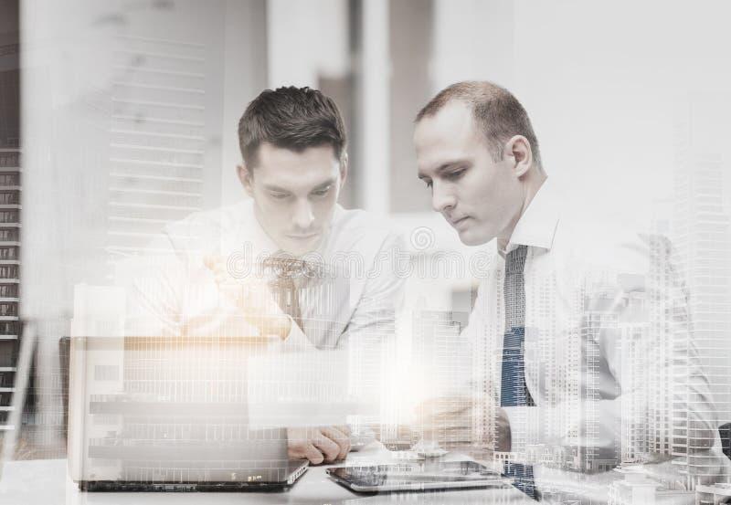 两个商人有讨论在办公室 免版税库存图片