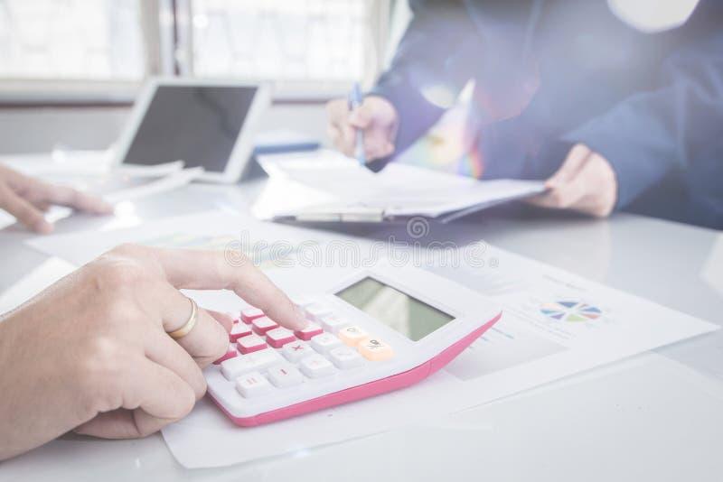 两个商人确信的行政同事见面和谈论在办公室 免版税库存照片