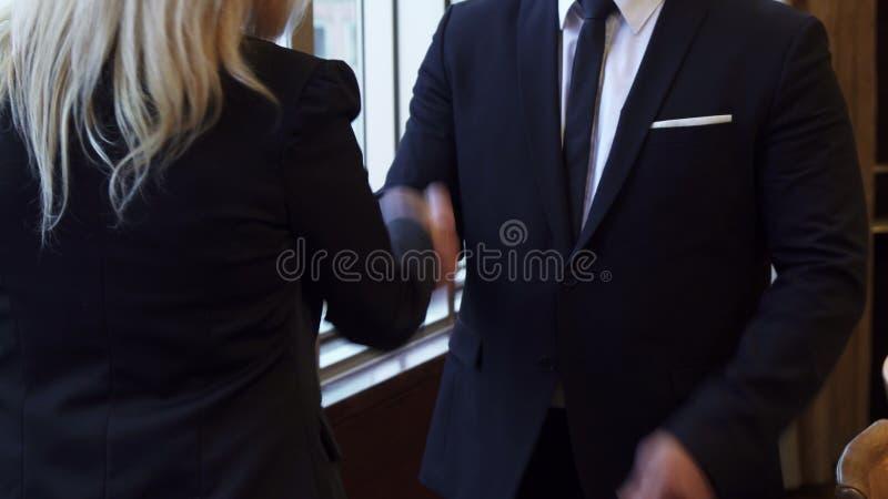 两个商务伙伴握手特写镜头  免版税库存照片