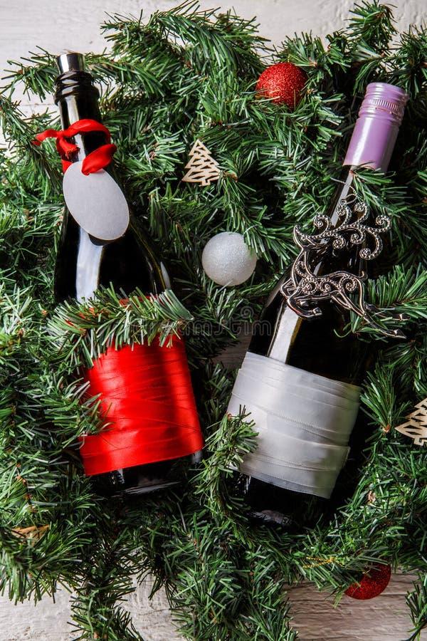 两个圣诞节瓶照片有干净的贺卡的在云杉的分支 免版税图库摄影