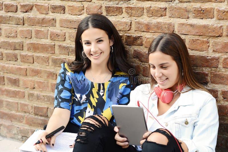 两个女学生为检查做准备 库存图片
