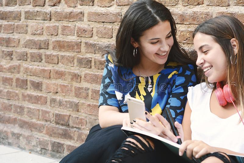 两个女学生为检查做准备 免版税图库摄影
