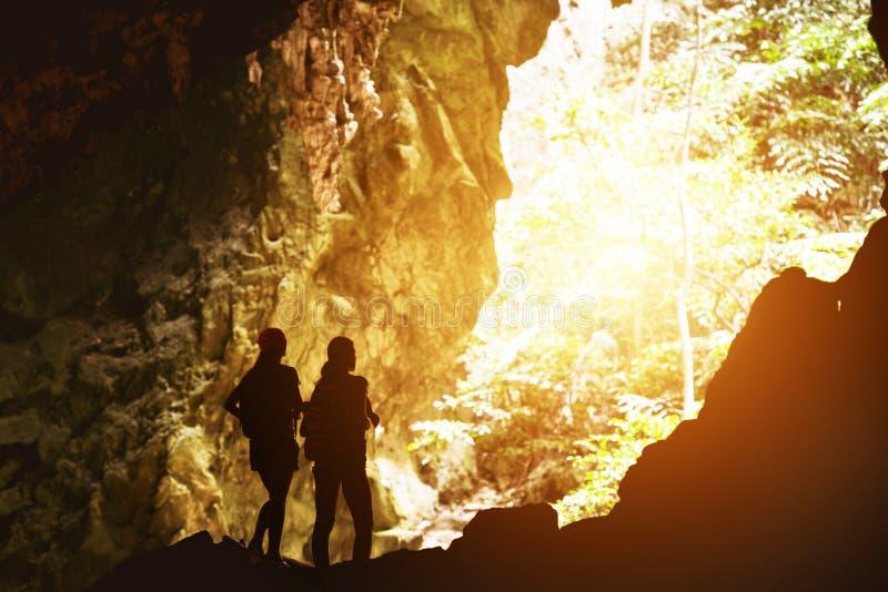 两个女孩剪影旅行冒险概念 库存照片