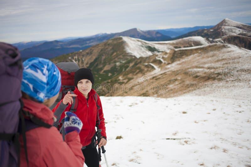 两个女孩在冬天山旅行 图库摄影