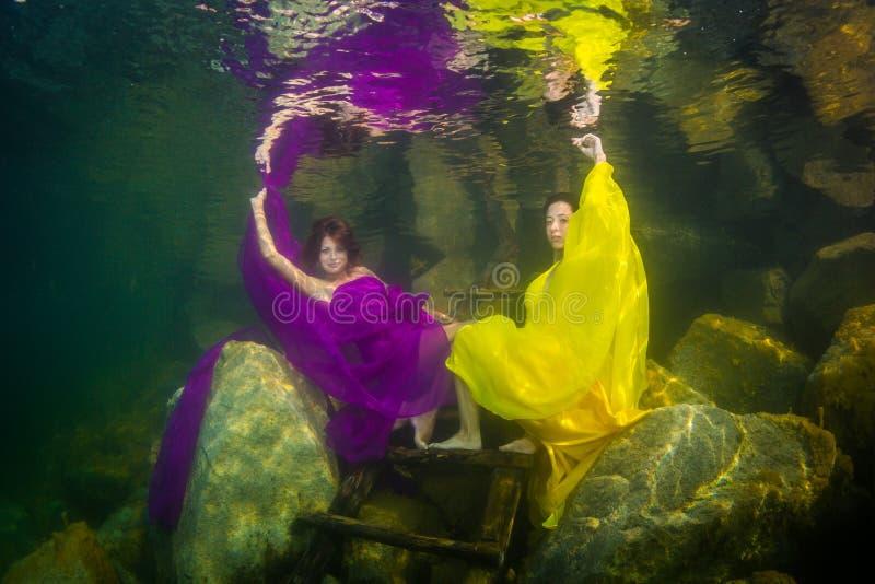两个女孩在河 免版税库存图片