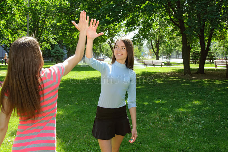 两个女孩在锻炼以后说再见户外 免版税库存照片