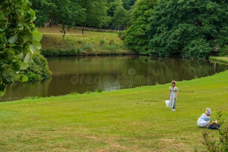 两个女孩在Edwardian服装穿戴了在莱姆霍尔,历史 库存图片
