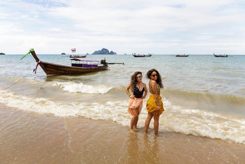 两个女孩在Krabi海滩岸摆在  库存照片
