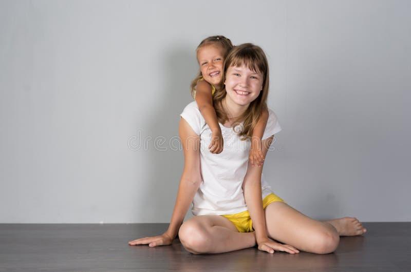 两个女孩姐妹少年和孩子 库存图片