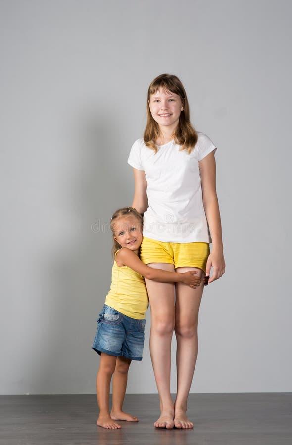 两个女孩姐妹少年和孩子 库存照片
