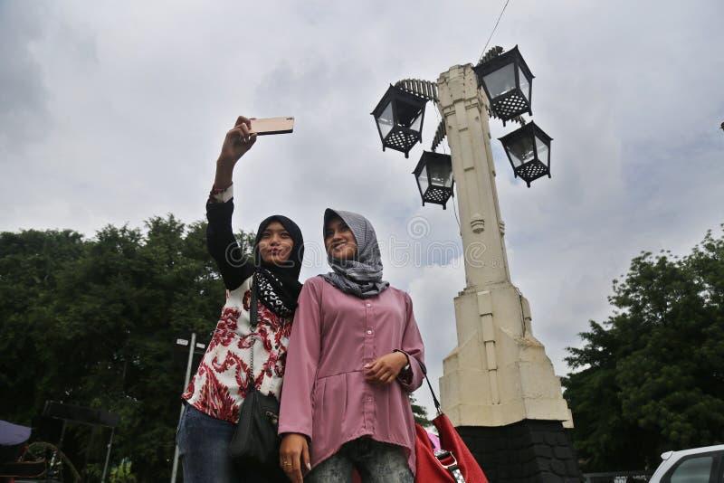 两个女孩拍照片 免版税库存图片