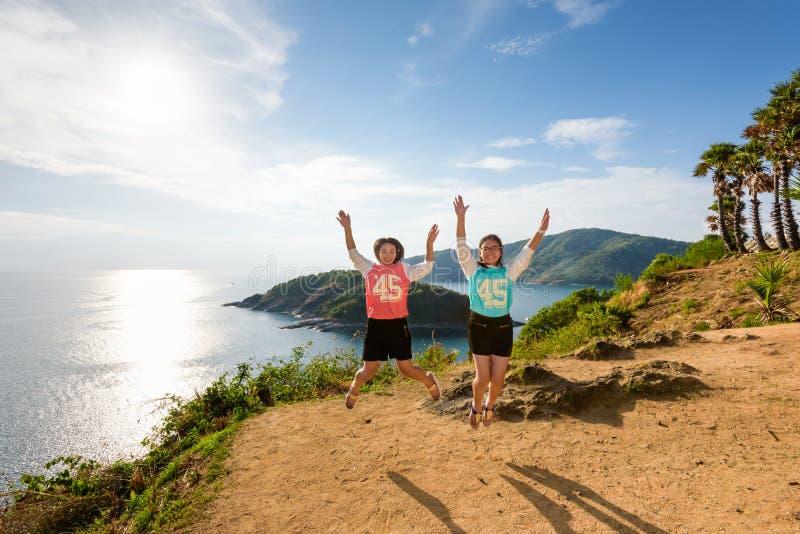 两个女孩母亲和女儿跳跃 免版税库存图片