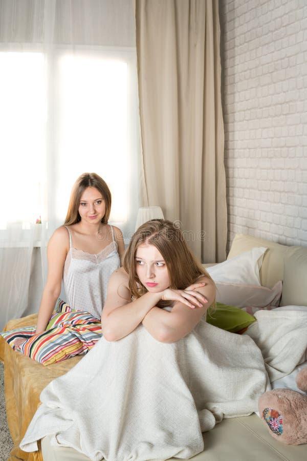 两个女孩沉溺 库存照片