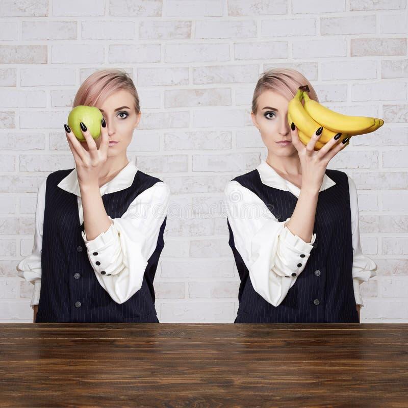 两个女孩用果子 免版税库存图片