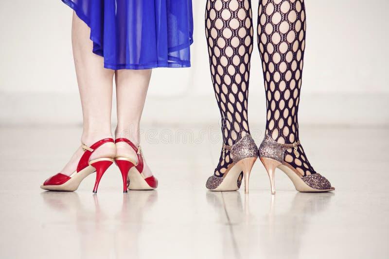 两个女性对腿 图库摄影