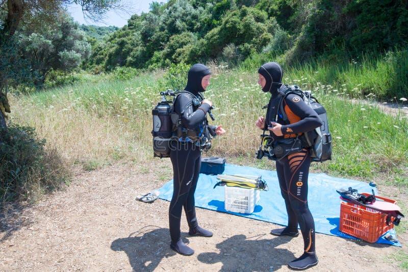 两个女性潜水者 库存照片
