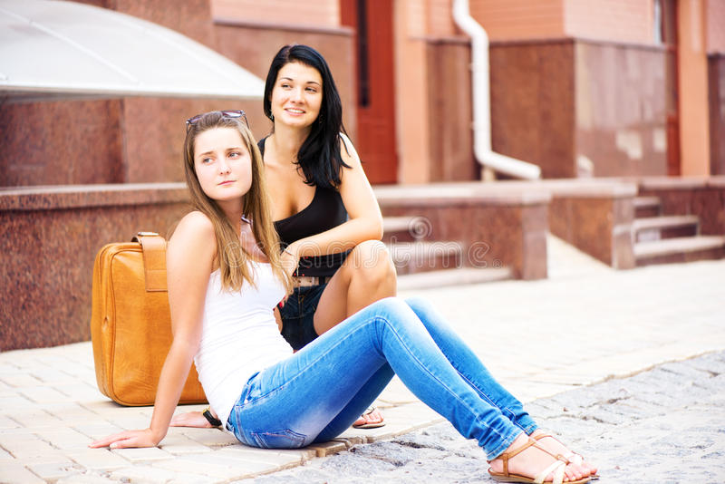 两个女朋友旅行的街道 库存照片
