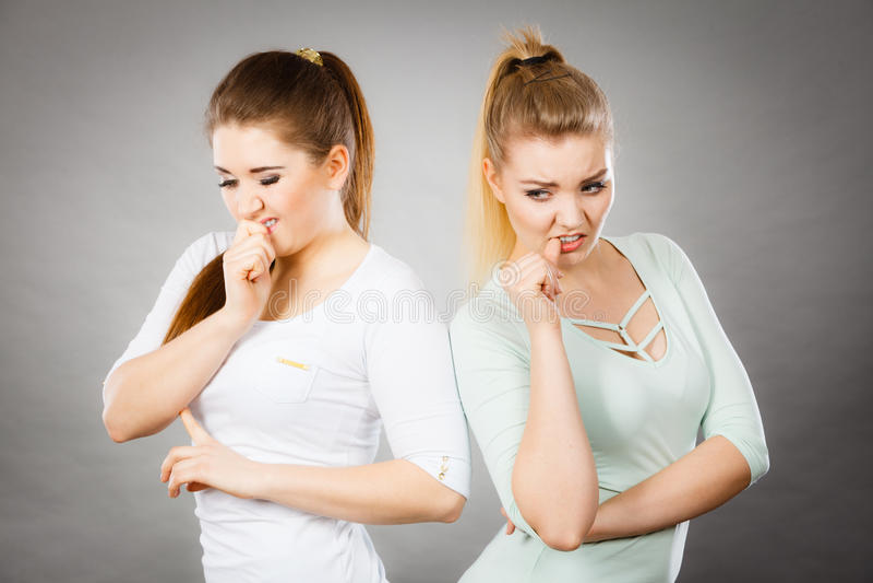 两个妇女朋友被惊吓和担心 免版税库存照片