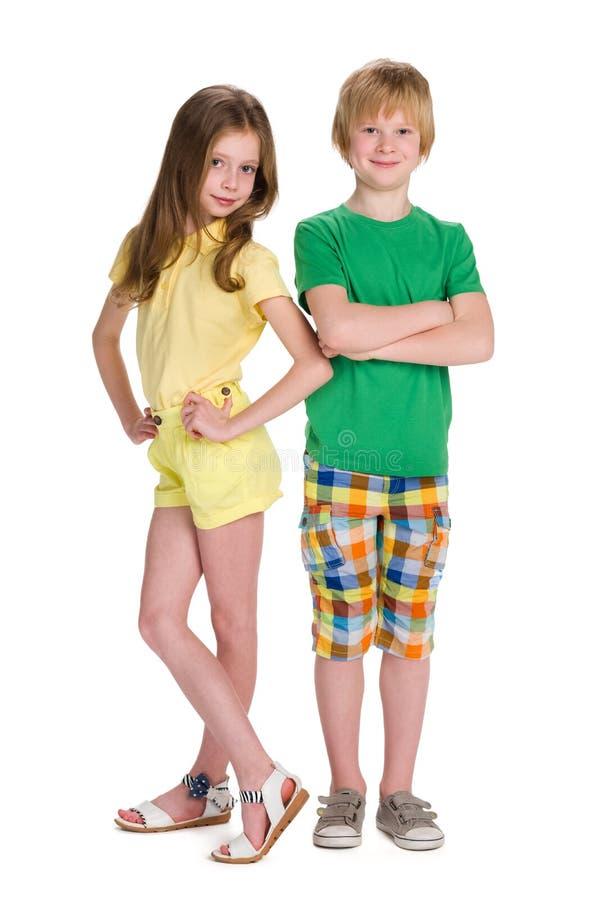 两个孩子一起站立 库存照片