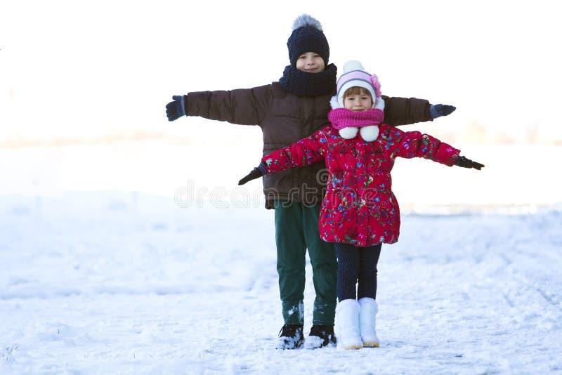 两个孩子使用户外在冬天的男孩和女孩画象  库存图片