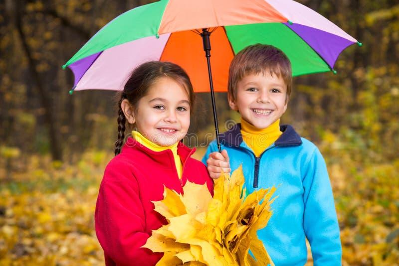 两个孩子在秋天森林里 免版税图库摄影