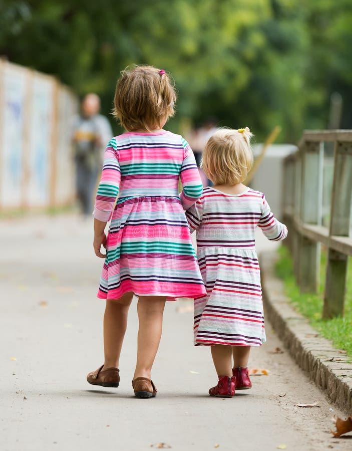 Download 两个孩子背面图 库存照片. 图片 包括有 兄弟, 童年, 休闲, backarrow, 公园, 婴孩, 作用 - 59101750