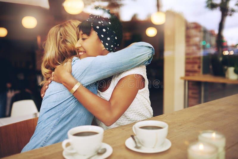 两个富感情女朋友拥抱 免版税库存图片