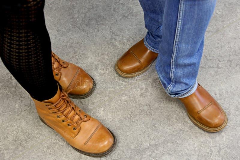 两个对浅褐色的鞋子 免版税库存照片