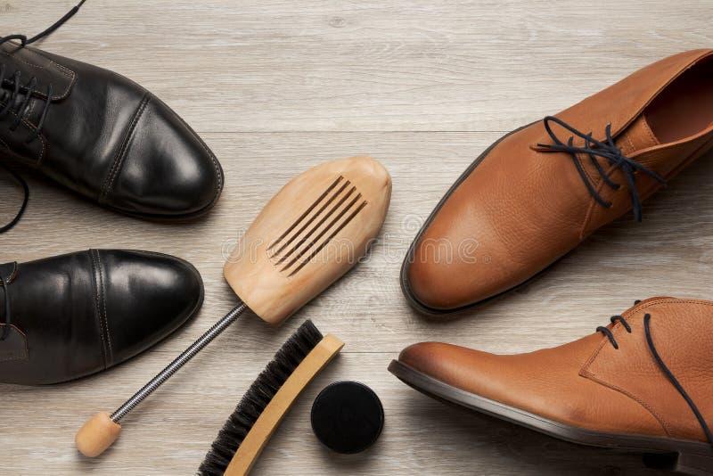 两个对顶视图皮革人的鞋子和起动 免版税库存照片
