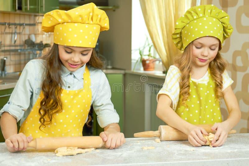 两个小女孩烹调 免版税库存照片
