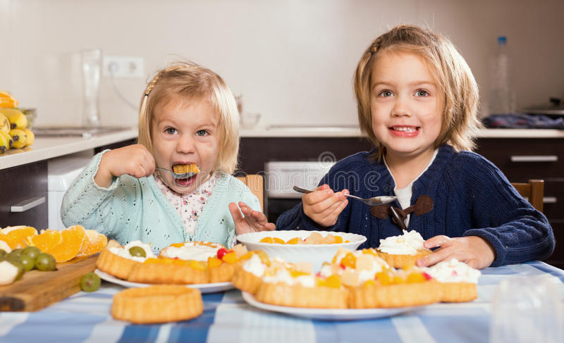 Download 两个小女孩用奶油色点心 库存图片. 图片 包括有 家庭, 幸福, 人们, 烹调法, 室内, 喜悦, 表面 - 59101731