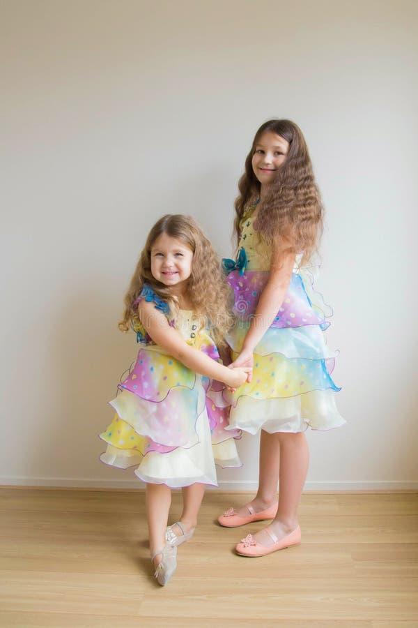 两个小女孩,两个姐妹 免版税库存图片