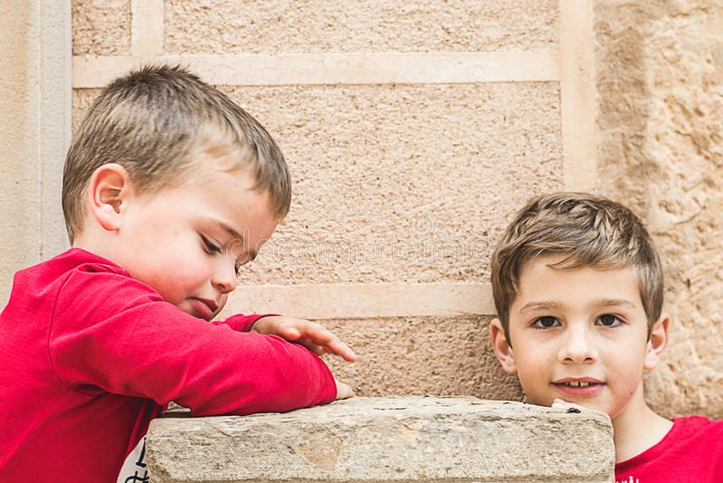 两个小白肤金发的孩子画象  图库摄影