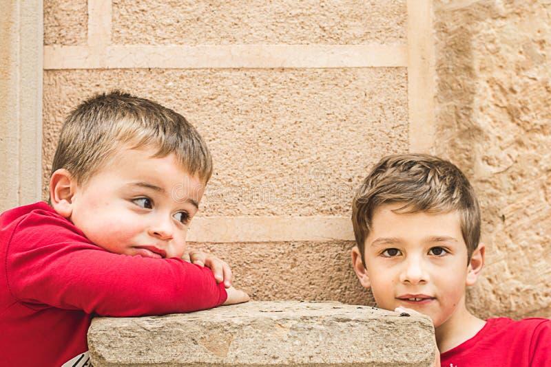 两个小白肤金发的孩子画象  免版税库存图片