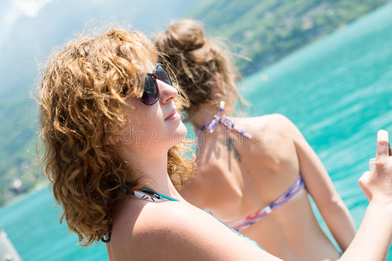 两个少妇自然在江边 图库摄影