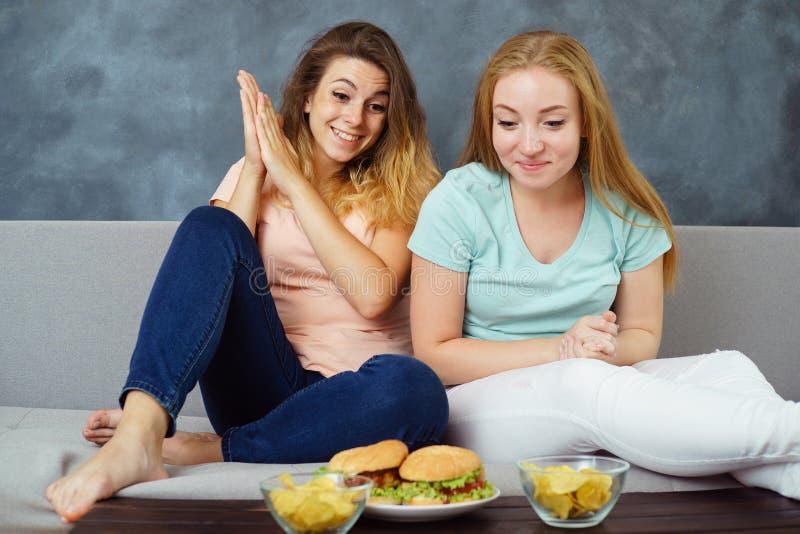 两个少妇预示可口食物 库存图片