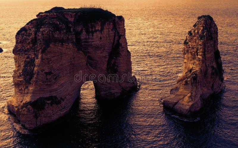 两个岩石在日落的海-鸽子在贝鲁特,黎巴嫩晃动/沙巴纳萨尔` s岩石/Raouche 库存照片