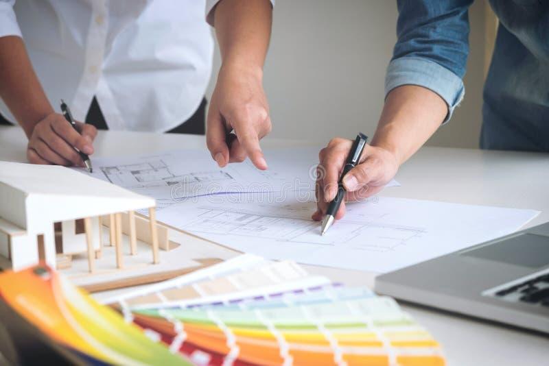两个工作在p的少妇室内设计或图表设计师 库存照片