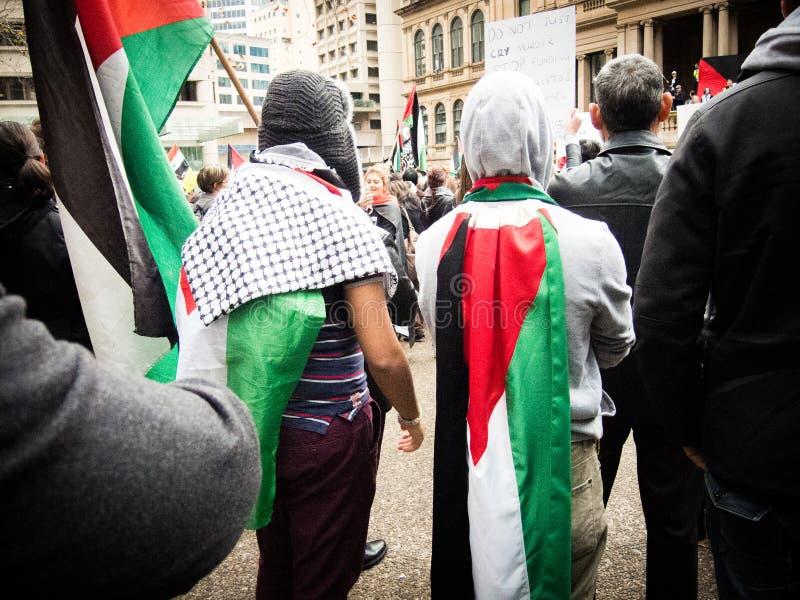 两个巴勒斯坦抗议者用巴勒斯坦旗子掩盖他们自己在悉尼Townhall 免版税库存照片
