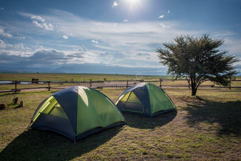 两个帐篷投了在圆形露天剧场背包徒步旅行者靠近皇家新生国立公园 库存照片