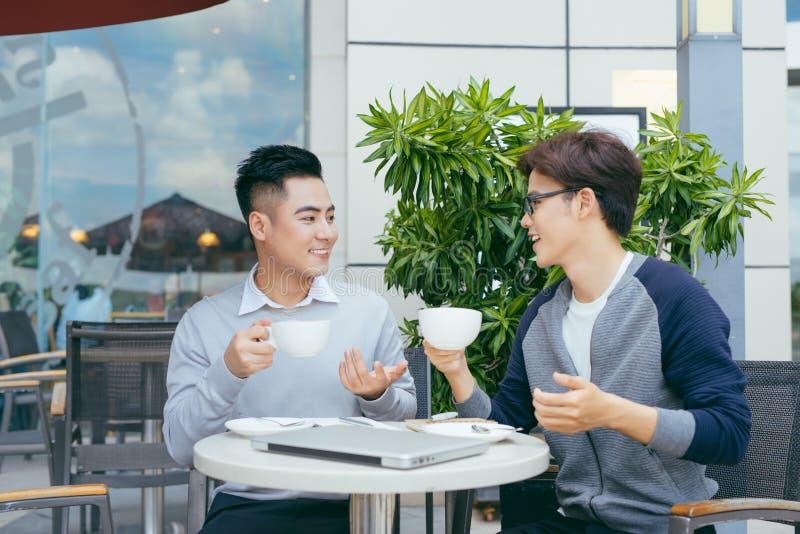 两个年轻商人在咖啡馆聊天 - ?? 库存图片