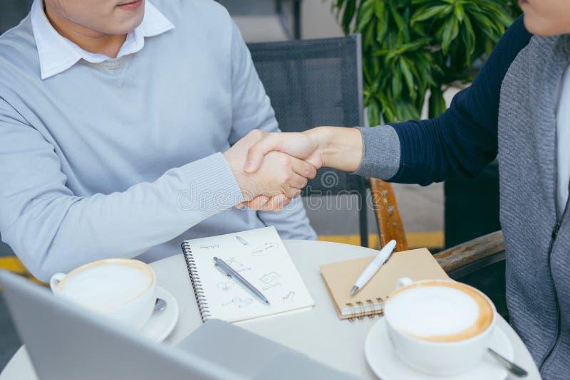 两个年轻商人在咖啡馆聊天 - ?? 免版税图库摄影