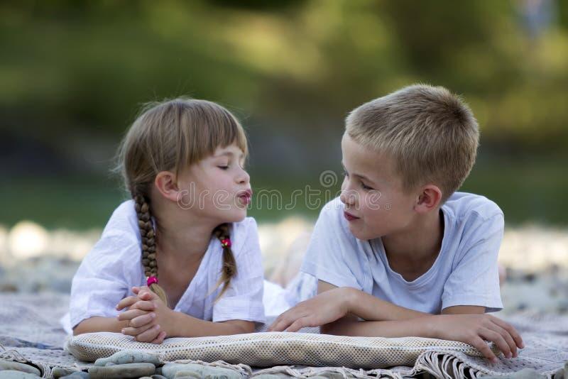 两个年轻愉快的逗人喜爱的白肤金发的孩子、男孩和女孩、兄弟和s 库存图片