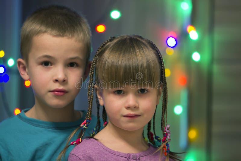 两个年轻愉快的逗人喜爱的白肤金发的孩子家庭画象,英俊 免版税库存照片