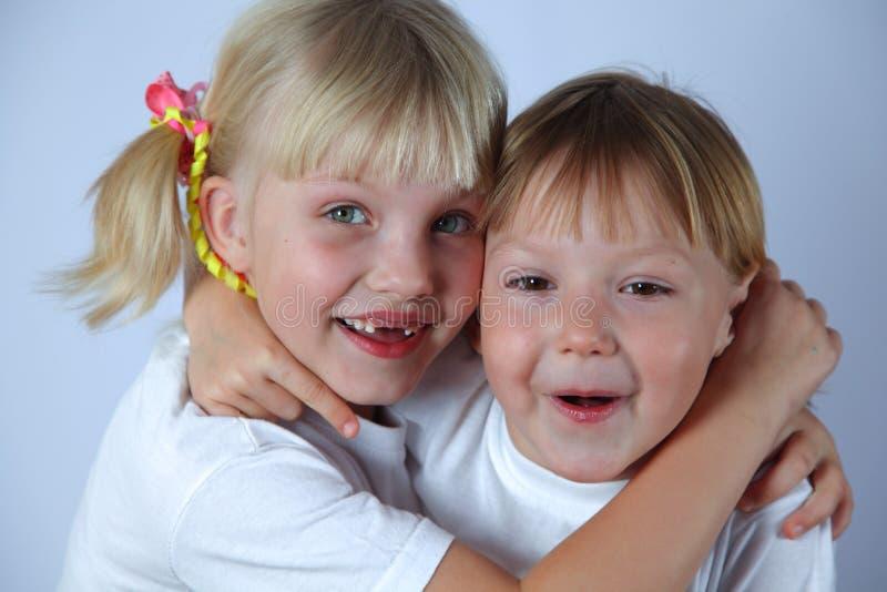 两个微笑的女孩 免版税库存图片